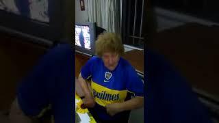 La abuela hincha de River Plate se puso la camiseta de boca junior