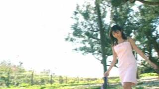 激写 鈴木ゆき SOPD-9005 より、砂浜を歩く女の子、提供:idolland.co.jp.