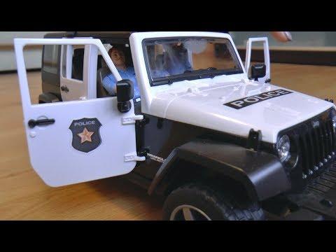 Сеня играет в полицию и открывает новую игрушечную полицейскую машину
