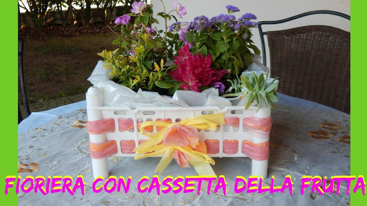 fioriera con cassetta della frutta e sacchi di plastica
