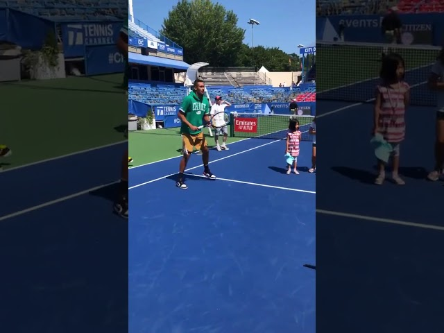 Nick Kyrgios showt tweener op Kids' Day Citi Open
