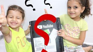 هدية او مش هدية؟ | اليوتيوب بعتلنا هدية | opening presents | وصلتنا هدية جميلة !