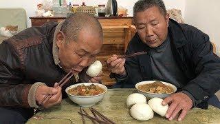 【食味阿远】阿远老爸想吃大锅菜,大铁锅熬了一大锅,和大伯一人整了一大碗 | Shi Wei A Yuan