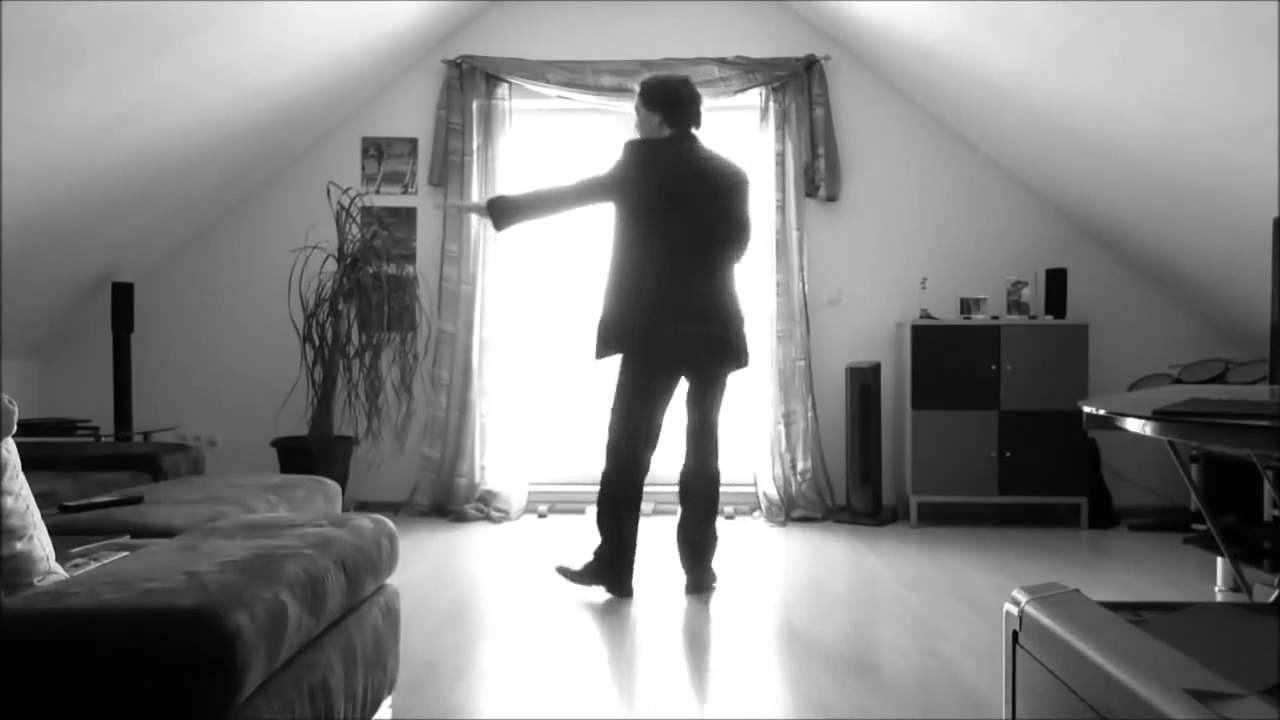 Танцует перед парнем