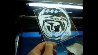 видео лазерная гравировка на оргстекле