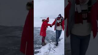 Александр Энберт заставил жену расчищать лёд на Байкале