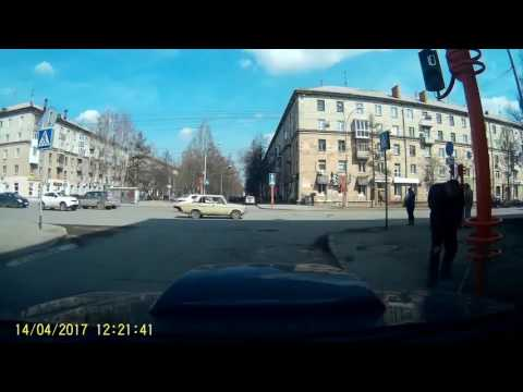 Man fixes a traffic light with a stick in Russia