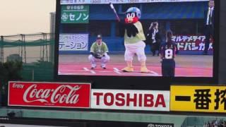 新川優愛さんとつば九郎の始球式です。
