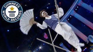 Rotating bum bounces on a tightrope - Guinness World Records