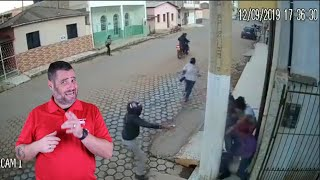 Defender Uses A Pillar As Cover Against Moto Robbers