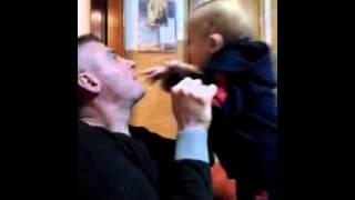 Il papa che gioca con il figlio che cuccioli