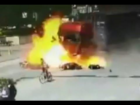 Un camión pierde el control y estalla en llamas en Guangdong (China)