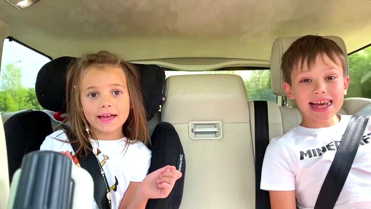 Катя и Макс едут с папой в игрушечный магазин