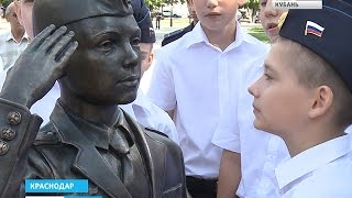 Новая достопримечательность в кубанской столице(В Краснодаре открыли новую скульптурную композицию. Она появилась в Екатерининском сквере и посвящена..., 2015-07-02T10:03:29.000Z)