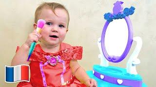 Cinq Enfants jouent salon de beauté et au maquillage