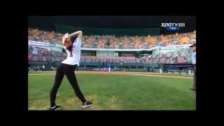 Бейсбол Девушка подает гимнастка, красивая подача, круче мужиков