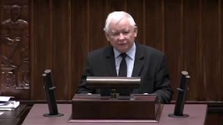 """Kaczyński w sejmie - okrzyki """"DEWELOPER"""" i owacja na stojąco"""