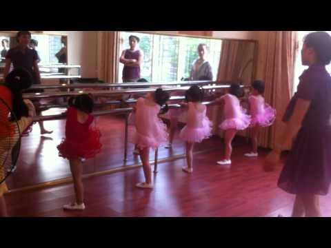 Bé học múa ballet.MOV