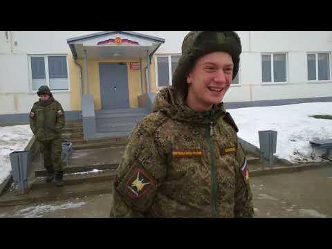 Солдат в казарме развлекаются видео