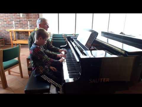 """Jakob Elia øver på """"Norsk Dans"""" av Grieg til Lenvik menighetens Sommer Konsert"""