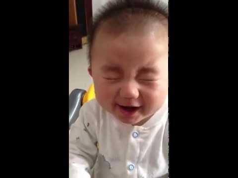 Baby taste lemon, so cute! 宝宝尝柠檬
