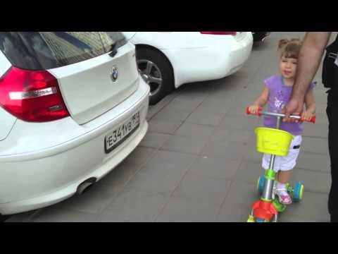 2-х летняя девочка знает все марки автомобилей
