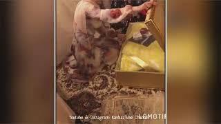 Чеченская традиция, когда сестра жениха, открывает приданное невесты и получает