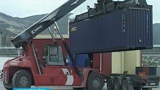На новом комплексе можно досматривать груз, не вскрывая контейнер(В новороссийском порту сегодня заработал новый таможенный досмотровый комплекс. Таких в России всего три...., 2014-09-25T16:23:30.000Z)
