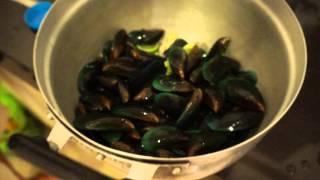 Рецепт приготовления мидий с лаймом(Короткий видео-рецепт приготовления мидий - снято в Краби, Таиланд. Подробности наших путешествий - на http://alo..., 2013-03-15T17:27:36.000Z)
