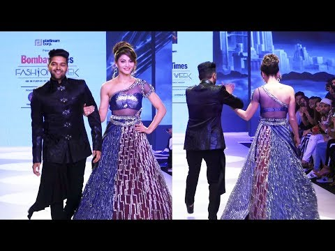 Guru Randhawa और Urvashi Rautela का RAMP WALK | Bombay Times Fashion Week 2018