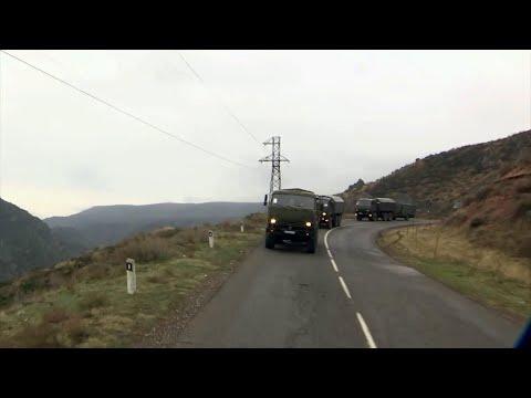 В Нагорном Карабахе вертолеты сопровождают российских военных на маршах к линии соприкосновения.