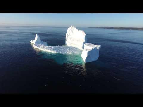 Un maravilloso iceberg apareció en un pueblo de Canadá y se convirtió en atracción turística