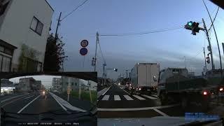 交差点で追越しをかけるバイク<ドラレコ> thumbnail