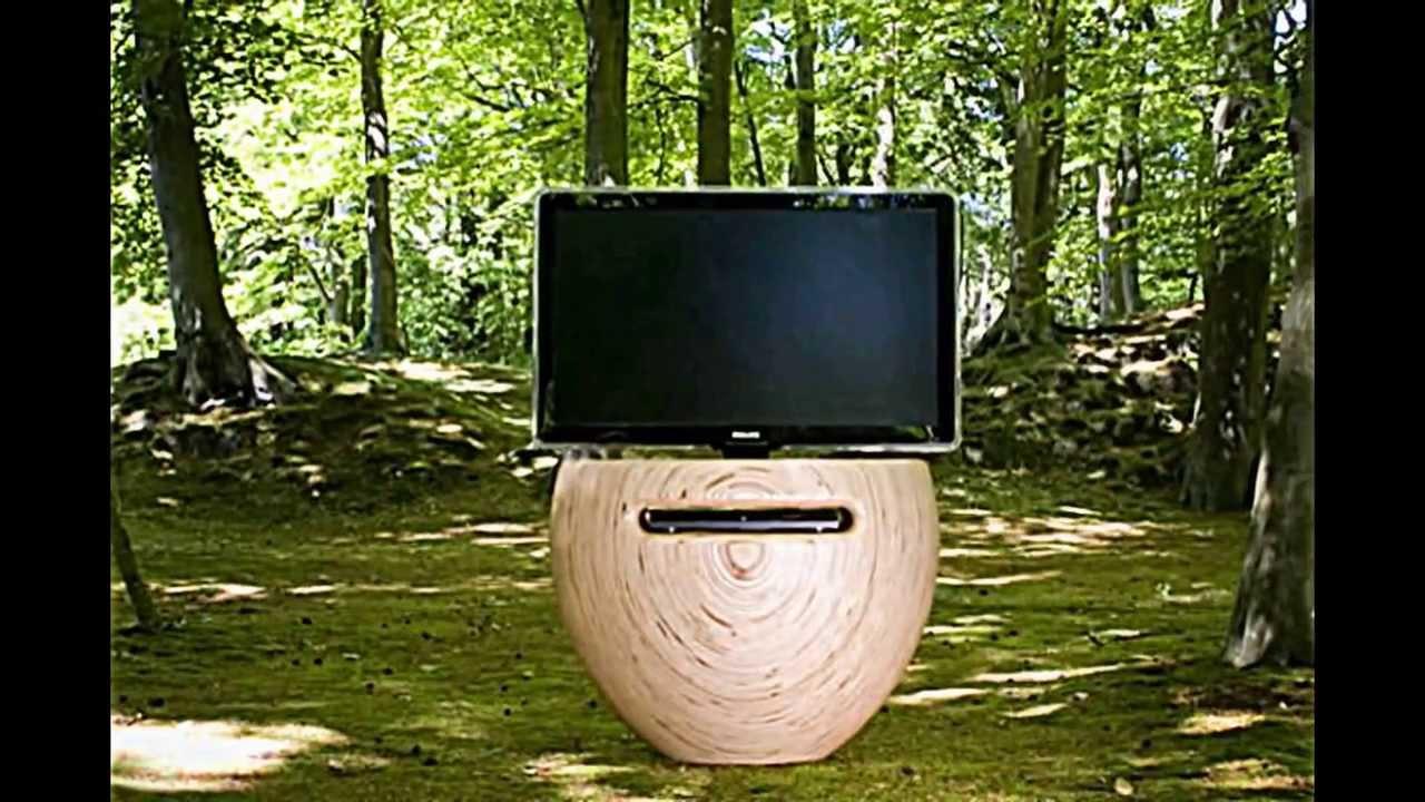 ein moderner tv st nder aus birkenholz hnelt einer. Black Bedroom Furniture Sets. Home Design Ideas