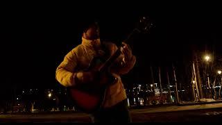 Парень красиво поёт под гитару на Набережной В Новосибирске