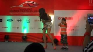 Repeat youtube video thailand motor festival 2013 นก อุษณีย์