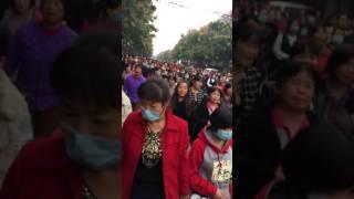 陕西西安市高陵区上万民众反对在居民区建在垃圾焚烧厂