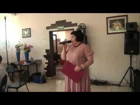 Тамада обратилась к гостям свадьбы с короткой речью