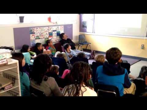 Timoun nan Fayerweather Street School ap goute Chante Alfabè Kreyòl La
