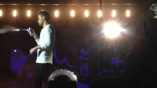 Liam touching Niall's butt-Buffalo