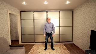 Нереально вместительный светлый шкаф-купе в однокомнатную квартиру с матовым зеркалом на заказ.