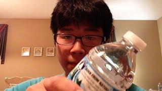 Il peut boire cette bouteille d'eau en 1 seconde... (•_•) thumbnail