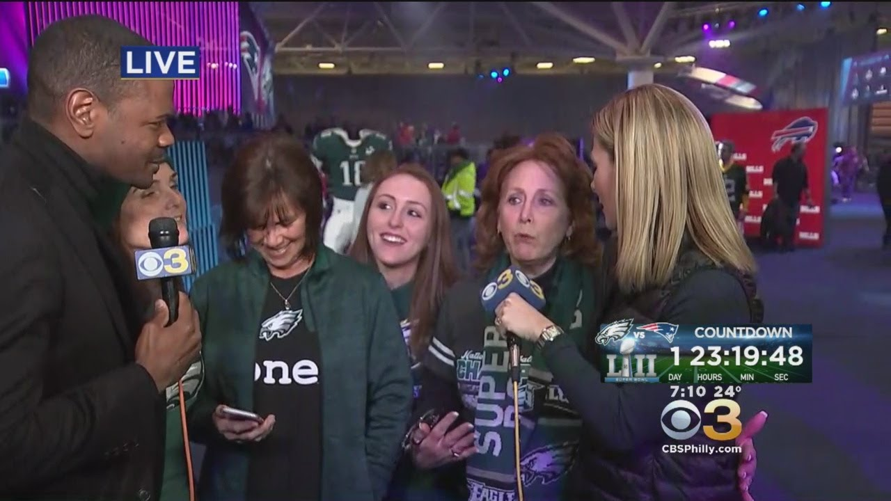 aa78e4aa3e4 Eagles Fans Dress Mary Tyler Moore Statue In All Green. CBS Philly
