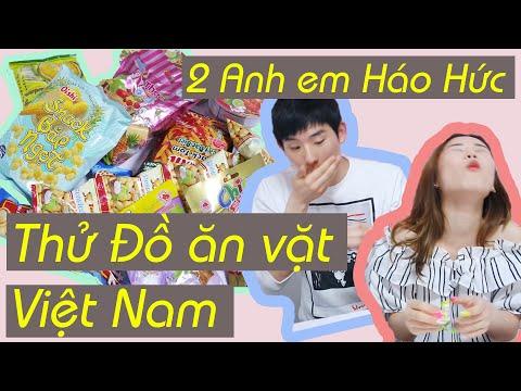 2 Anh em Háo Hức Thử Đồ ăn vặt Việt Nam
