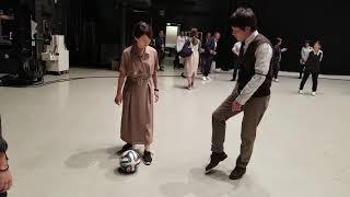 勝村政信さんが片渕茜アナにボールの蹴り方をレクチャー ( *° ―°)ノ\(...