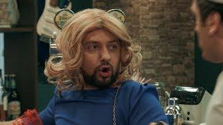Женщина с бородой пьет пиво в баре — На троих — 4 сезон – 2 серия