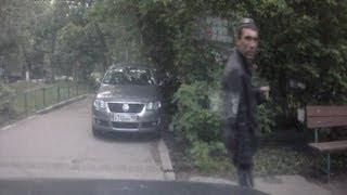 Неудачная попытка угона автомобиля. Вор засветился в регистраторе.(Пять утра 8го июня меня разбудила сигнализация (датчик удара), вышел увидел что на детской двери приподнята..., 2013-06-08T15:40:44.000Z)