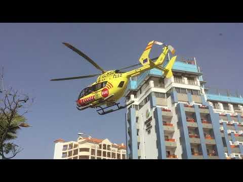 Helicóptero del SUC despega desde una calle en Los Cristianos