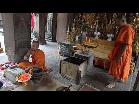 Как монахи зарабатывают в Ангкоре (Камбоджа)