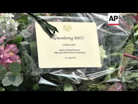 Malaysian PM Razak and his wife lay flowers at memorial site for passengers of flight MH17
